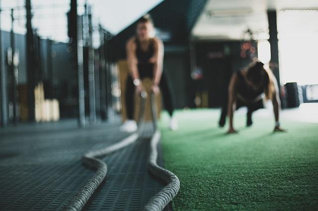 Kobiety trnująca na siłowni