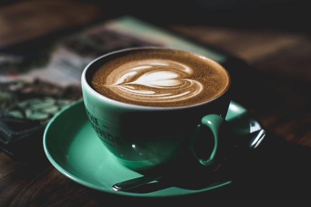 Kawa w zielonej filiżance